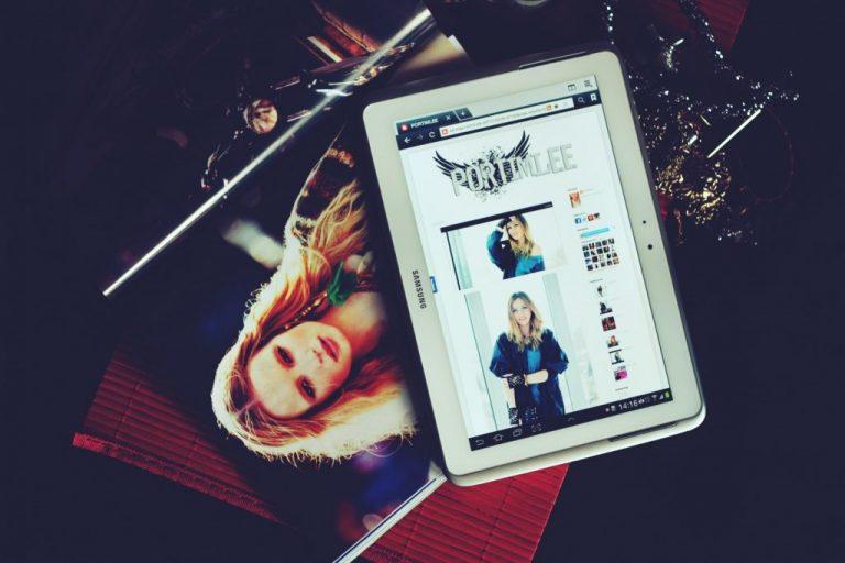 Revista e tablet num site de loja online
