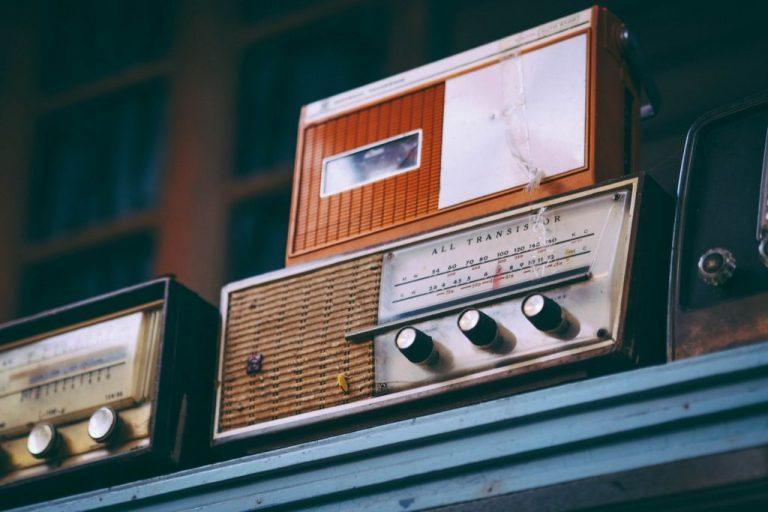 Três rádios antigos de frequência