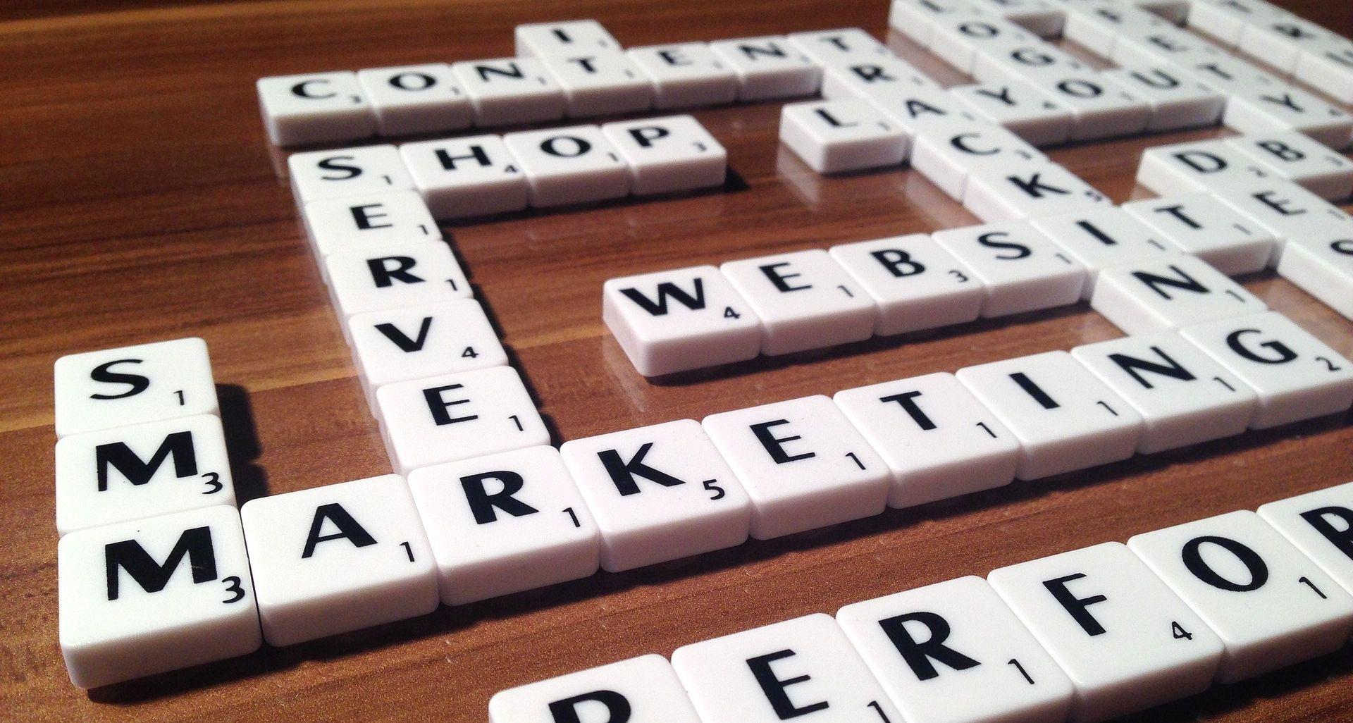 peças de Scrabble com palavras relacionadas com SEM