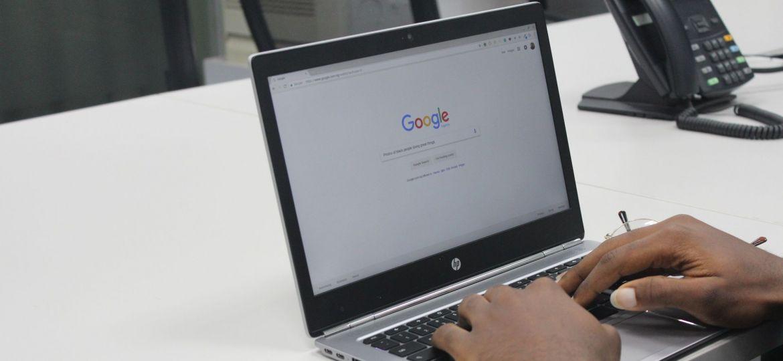 pessoa a pesquisar no google